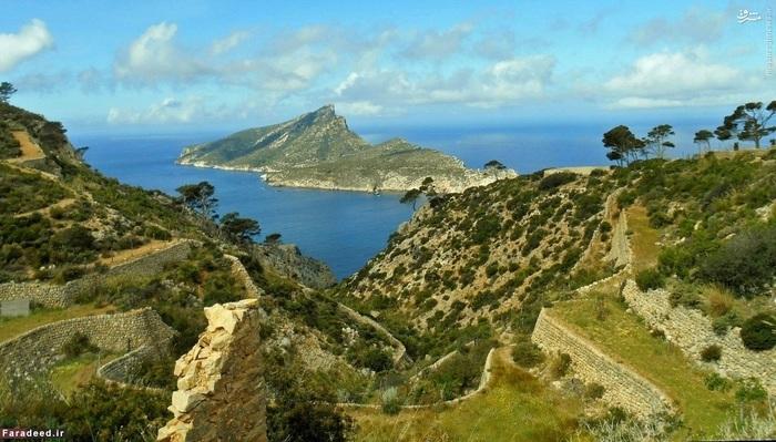 6. مایورکا – اسپانیا::::: مایورکا جزیرهای واقع در دریای مدیترانه در شرق اسپانیا است. خوآن میرو، نقاشی اسپانیایی، شیفته رنگ آبی مدیترانه و درخشش این جزیره زیبا شده بود؛ این جزیره اما امروزه مقصد بسیاری از گردشگران اروپایی نیز هست.