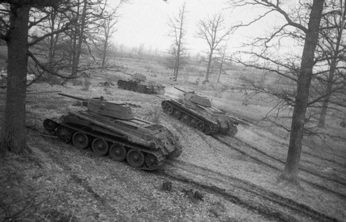 تانک های « ت-34» شوروی وارد خط حمله می شوند.