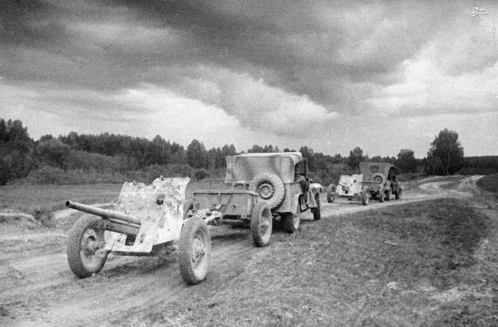 خودروی « گاز-67» توپ های « کا-53» را یدک می کشد.