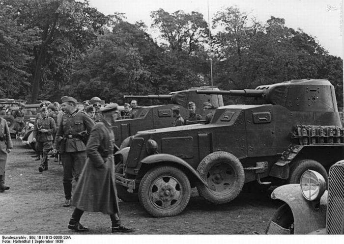 سربازان آلمانی در حال تماشای خودروهای زرهی شوروی در لهستان