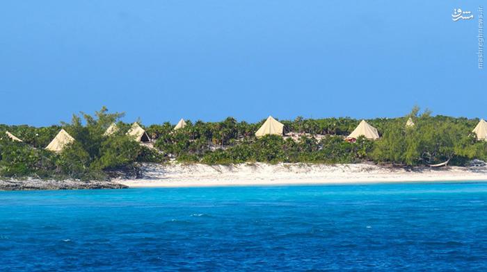 جانی دپ_ جانی دپ تعطیلاتش را در جزیرهی لیتل هالز پاند (Little Halls Pond Cay) میگذراند. این جزیرهی ۱۸ هکتاری دارای یک ساحل رؤیایی، گیاهان استوایی و حریم شخصی است. دپ هر زمان که احساس ناامنی کند خانوادهاش را به این جزیره میبرد.