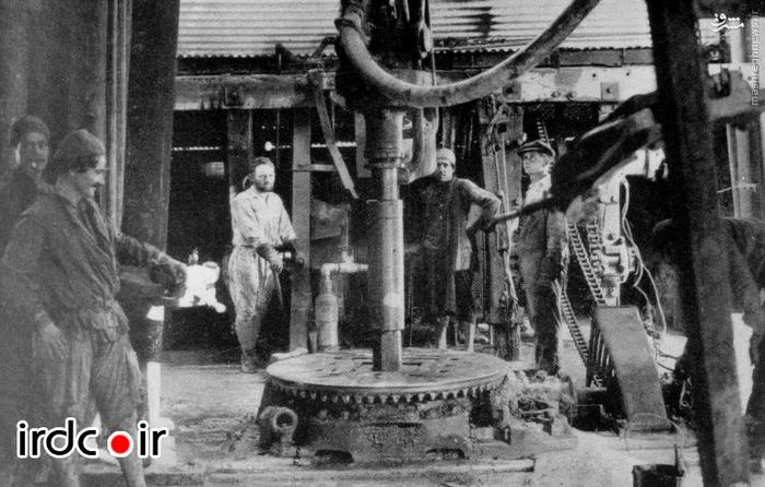 کارگران به هنگام حفاری نفت با دستگاه چرخشی