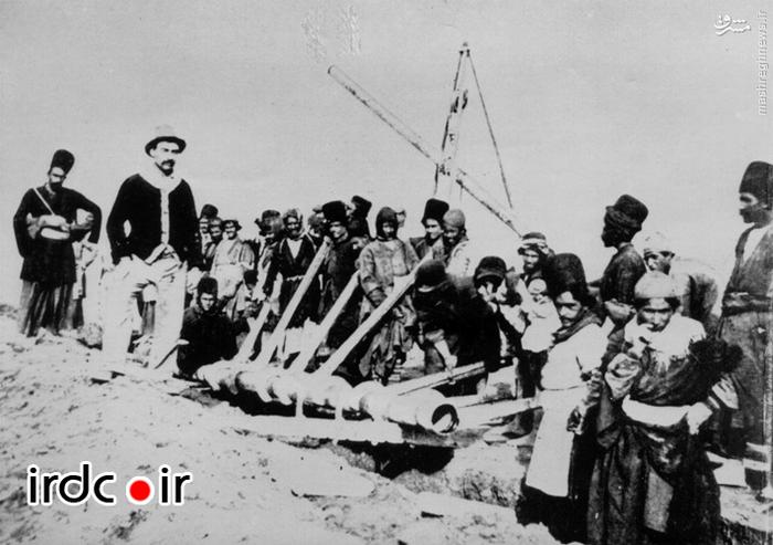 کارگران ایرانی به هنگام نصب اولین خطوط لوله نفت