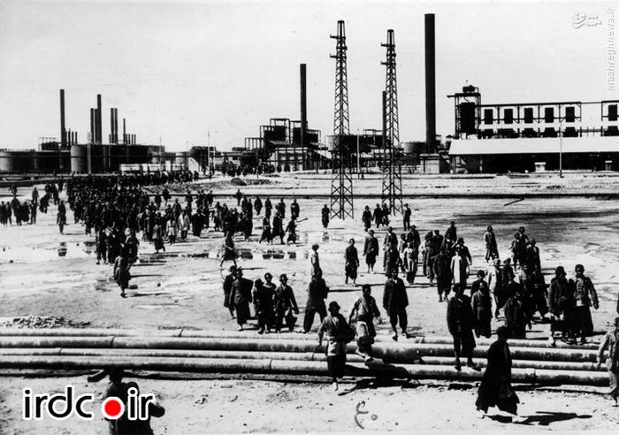 خروج کارگران از پالایشگاه نفت آبادان پس از اتمام کار