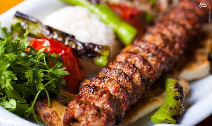 تهران؛ مهد چلوکباب های اصیل و ناب////// تکه های تازه گوشت مرغ یا بره که روی آتش کباب می شوند و روی تپه ای از برنج کره ای قرار می گیرند ، یکی از اصلی ترین غذاهای ایرانی است.  گوجه فرنگی کباب شده ، ماست چکیده ، سبزی های تازه و خیارشور نیز همراه چلوکباب سرو می شوند.