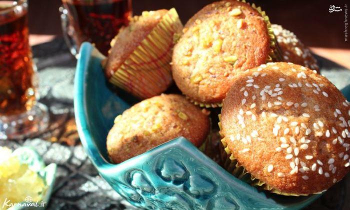 در یزد شیرین کام شوید ////// شهر تاریخی و آجر خشتی یزد ، در بین دو کویر بزرگ ایران قرار دارد. این شهر با بادگیرها ، آتشکده های زرتشتیان و شیرینی هایش معروف است.  شیرینی پزان در سراسر شهر به صورت شعبه ای و منظم پراکنده شده اند. باقلواهای بادام و کیک های یزدی درست شده با هل و پسته و قطاب ، شیرینی محلی سرخ شده که با بادام زمینی پر شده است ، از معروف ترین شیرینی های این شهر هستند.