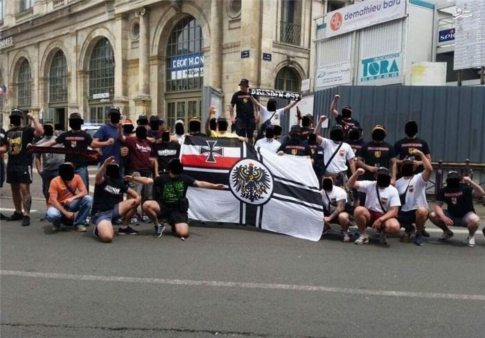 در این تصویر آشوبگران آلمانی با پرچم امپراتوری آلمان دیده میشوند که یکی از  آنها هم سلام نازی داده است