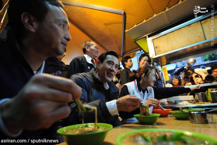 مااینگ جیو رئیس جمهور تایوان در یک مغازه در حال خوردن رشته - 2012