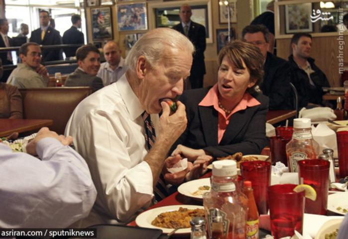 جو بایدن معاون رئیس جمهور آمریکا در حال خوردن توت - 2010