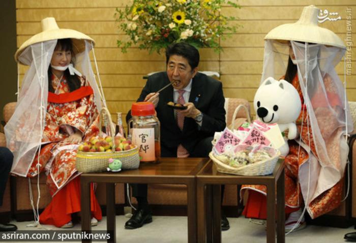 شینزو آبه نخست وزیر ژاپن در حال خوردن هلو - 2015