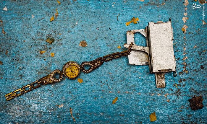چاشنی بمبی که به یک ساعت مچی متصل شده است