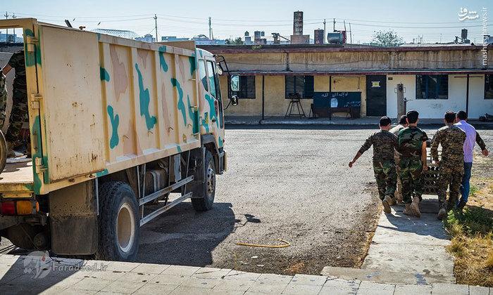 نیروهای پیشمرگه در حال تخلیه بمبهای دست ساز خنثی شده در شهر تازه آزاد شدهی بتنیا