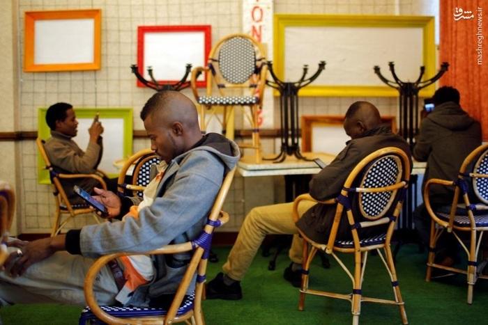 مشغولیت چند پناهنده در فرانسه به فضای مجازی پس از تخلیه اردوگاه کاله و استقرار آنها در حوالی نانت