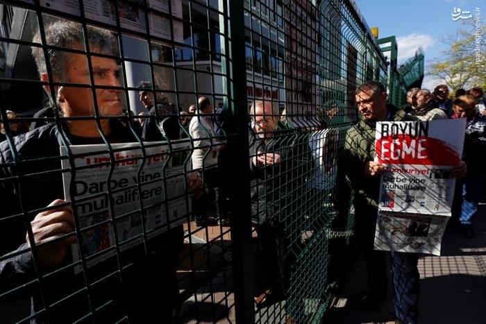 تجمع مردم مقابل دفتر روزنامه جمهوریت در اعتراض به توقیف این روزنامه منتقد توسط دولت علی رغم پذیرش مسئولیت انفجار دیاربکر از سوی داعش