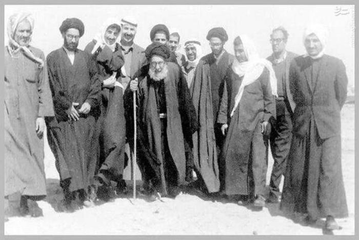تصویری از مرجع عالیقدر آیت الله العظمى سید علی حسینی شاهرودی (قدس سره) در زیاره و راهپیمایی اربعین می باشد