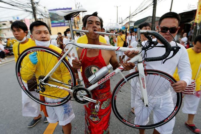 این عکس که نیازی به توضیح ندارد. فقط همین نکته بس که در تایلند و در یک جشنواره این عکس عجیب گرفته شده است.