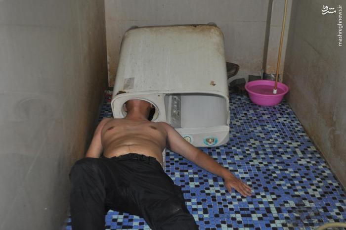یک مرد چینی با سر داخل ماشین لباسشویی می رود که به اصطلاح ببیند می تواند آن را درست کند که داخل ماشین لباسشویی گیر می کنند و در نهایت با تلاش آتش نشان ها نجات پیدا می کند.