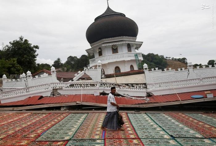 مفروش کردن اطراف مسجد جامع شهر پیدیه جاما برای برپایی نمازجمعه در اندونزی پس از فروریختن آن بر اثر زلزله اخیر