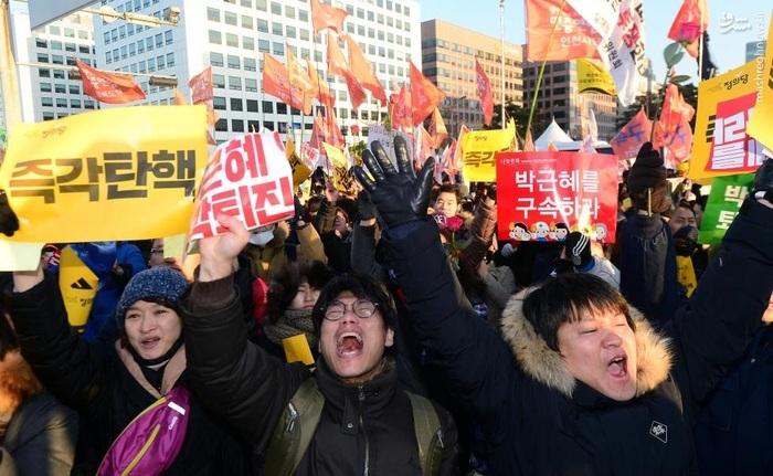 شادی مردم سئول مقابل مجلس کره جنوبی پس از اعلام رأی به تعلیق پارک گئون های از ریاستجمهوری