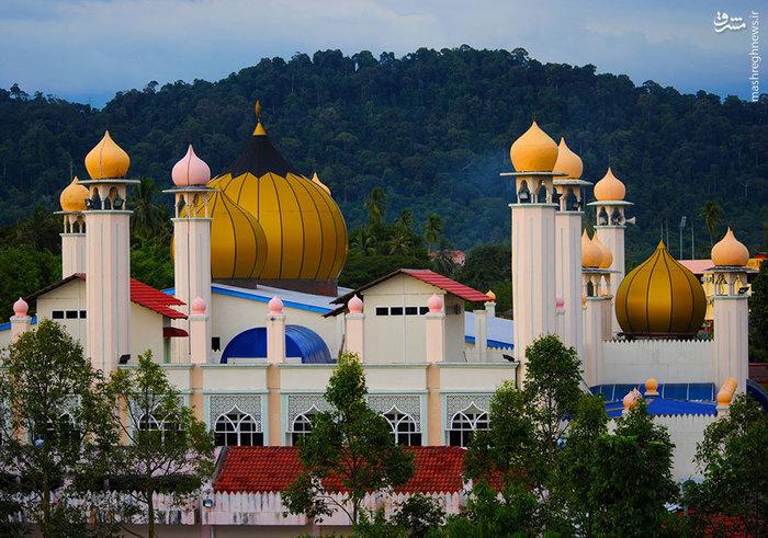 مسجدی با گنبدهای طلایی در مالزی