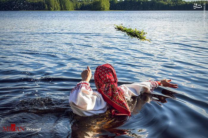 زن روس در حال کار در داخل رودخانه