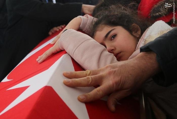 دختر پلیسِ کشتهشده در انفجار ازمیر بر تابوت پدر