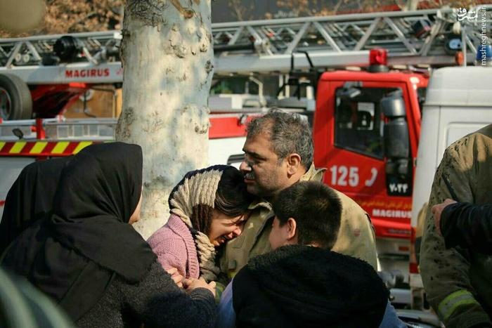 گریه دختر آتش نشان در آغوش پدر قهرمانش