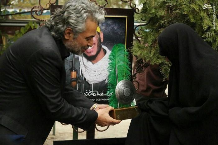 عکس/ مرحوم حسن جوهرچی بر سر مزار شهدای مدافع حرم