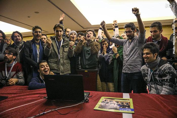 خبرنگاران و عکاسان حاضر در جشنواره، در حال تماشای دیدار تیمهای استقلال تهران و السد قطر