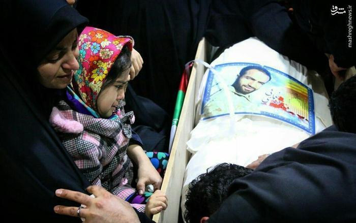 عکس/ آخرین وداع دختر شهید نعمایی با پیکر پدرش