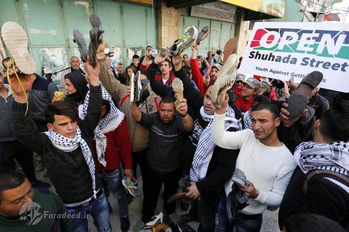 مراسم پرتاپ کفش به سمت ترامپ در فلسطین + عکس
