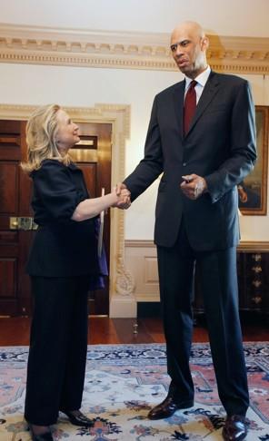 عکس: دیدار هیلاری کلینتون با یک آسمانخراش! - کریم عبدالجبار
