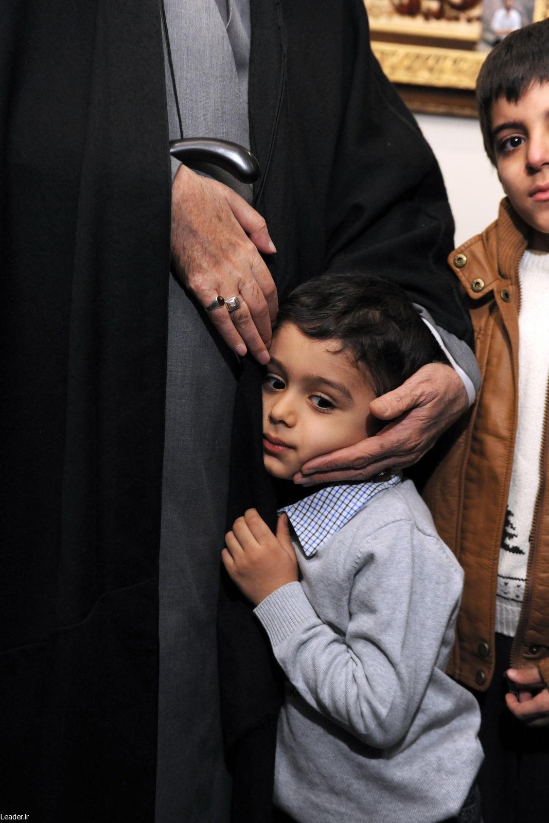 دست نوازش آقا بر فرزند احمدی روشن