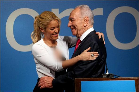 عکس شکیرا در آغوش شیمون پرز