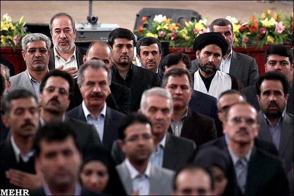 عکس/ احمدی نژاد در صف آخر