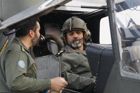 وزیر دفاع در کابین هلیکوپتر رزمی طوفان 2 / عکس www.9ktenews.com