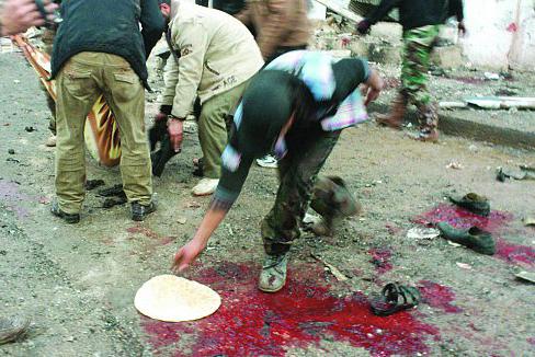 قتل و عام 300 زن و کودک در صف یک نانوایی+اسناد    عکسی که از لحظه آغشتهکردن نان به خون توسط یک شبهنظامی سلفی  برای اکشنتر کردن فیلم! لو رفته است
