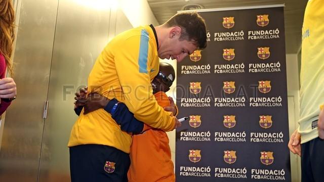 ملاقات بازیکنان بارسلونا با کودک نابینای مادرزاد