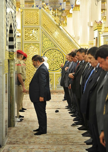 آیا فقط شیعه با دست باز نماز می خونه؟