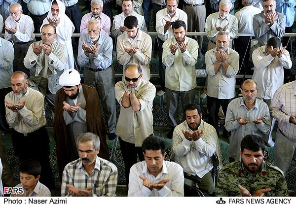 عکس / اقامه نماز جمعه با سِرم !