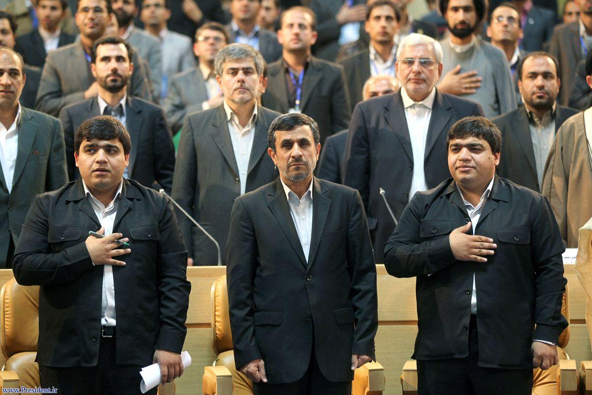 عکس/احمدی نژاد در میان برادران دوقلو