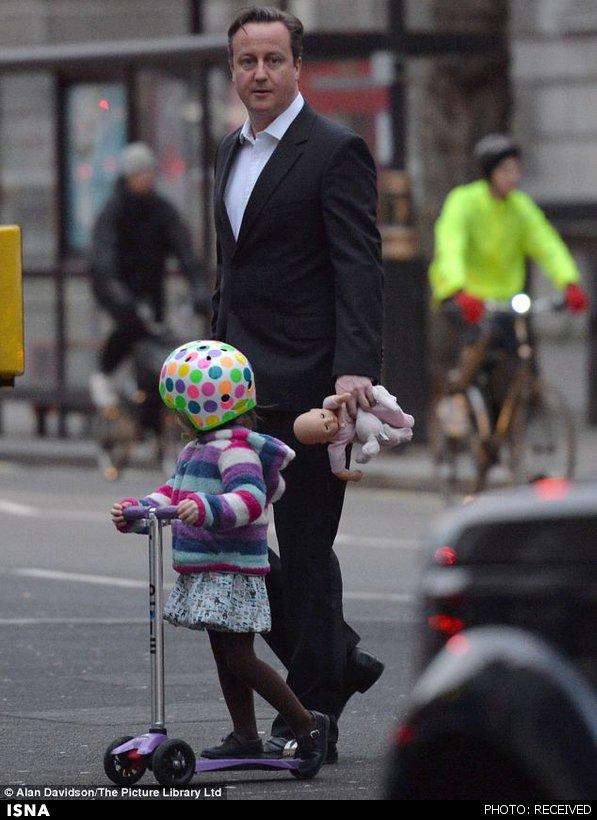 عکس/بچهداری نخستوزیر در وسط خیابان