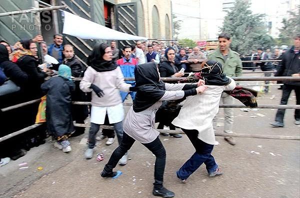 عکس/درگیری دو زن برای دریافت سبدکالا