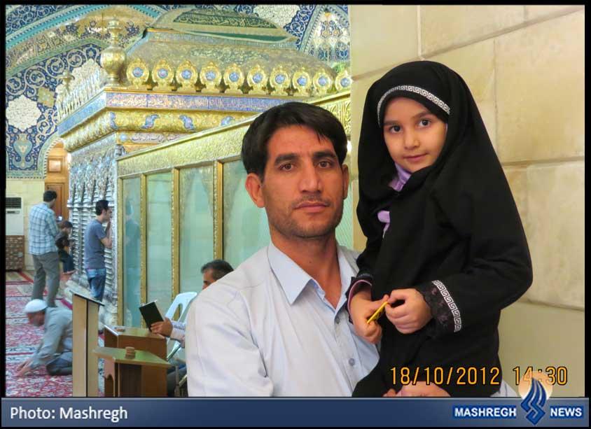 عکس / پدر و دختر در حریمِ «سه سالهی شهید»