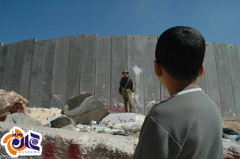 عکس/ کودک، سرباز، دیوار