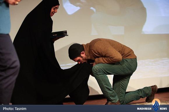 عکس/بوسه بر چادر همسر شهید اصغر وصالی