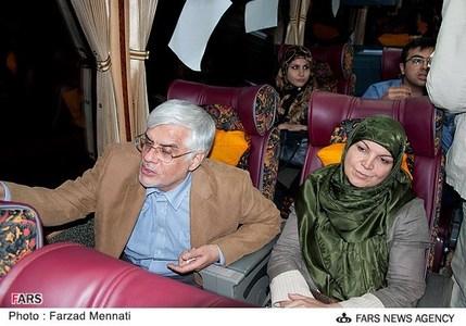 عکس/ محمدرضا عارف و همسرش در اتوبوس