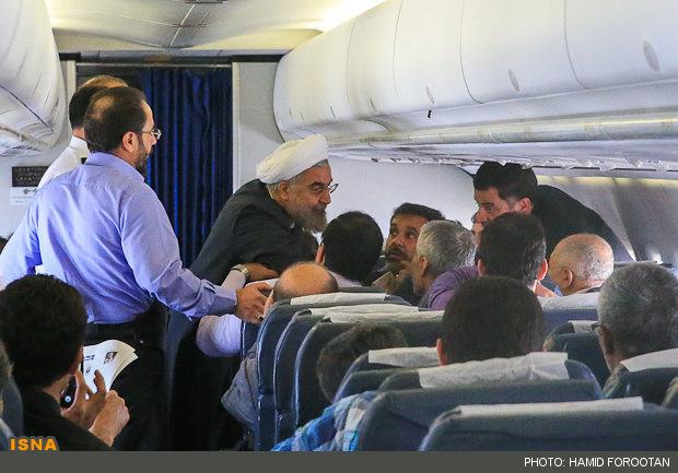 عکس/ تبلیغات روحانی درون هواپیما