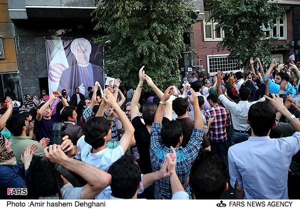 جشن حامیان روحانی در خیابانهای تهران + عکس
