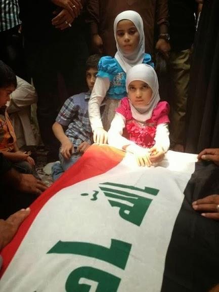 """عکس / دختران """"ابوهاجر"""" در کنار پیکر پدر"""